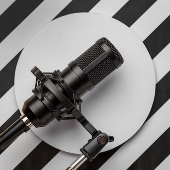 Microphone sur fond moderne