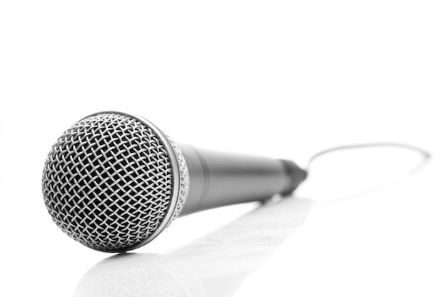Microphone isolé sur blanc