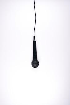 Microphone isolé sur fond blanc