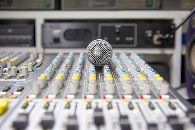Microphone sur le mélangeur de son.
