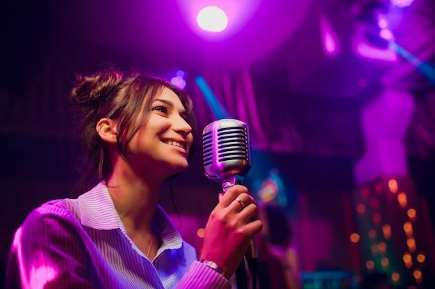Microphone moderne pour chanter contre un beau bokeh de couleur floue.