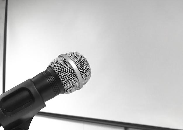Un microphone avec mur de tableau vide
