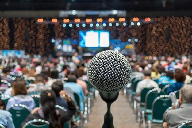 Microphone sur la photo floue abstraite de la salle de conférence