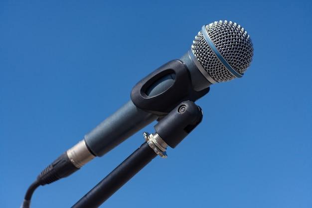 Microphone sur pied sur fond bleu