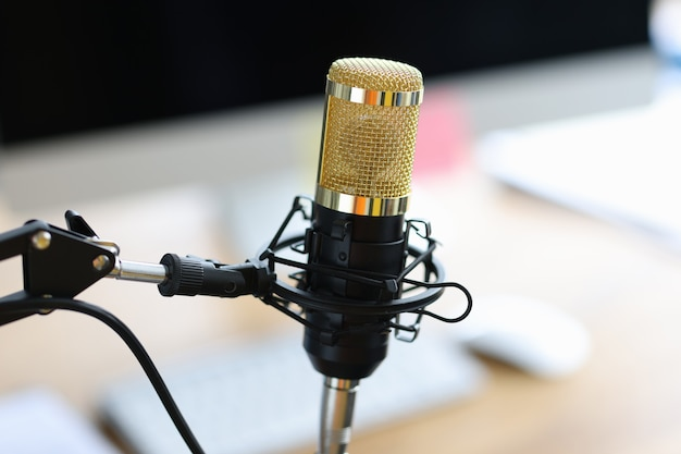 Microphone professionnel goldblack pour podcast de performances ou concept de studio d'enregistrement