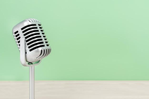 Microphone rétro avec copie espace sur table et fond de cupidité