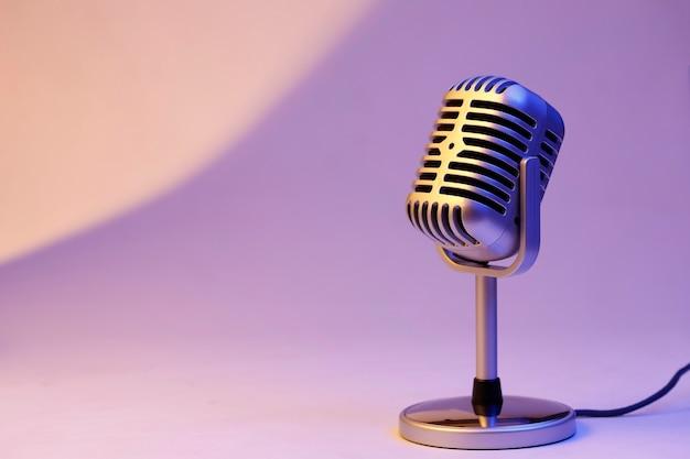 Microphone rétro isolé sur fond de couleur