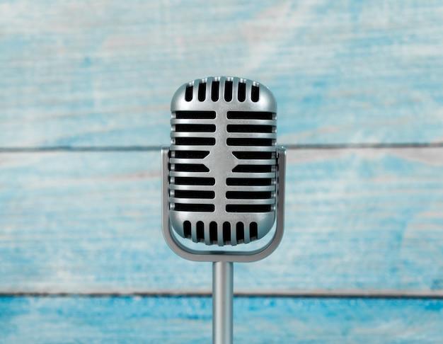Microphone rétro sur table en bois