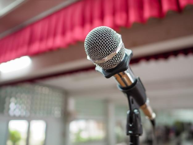 Microphone sur scène dans un contexte d'auditorium.