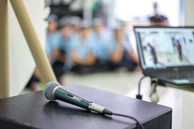 Microphone sur scène dans la salle de séminaire