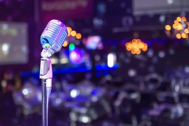 Microphone sur la scène de la discothèque