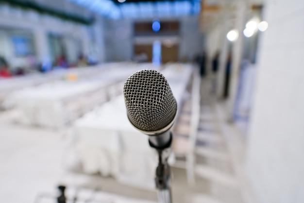 Microphone sur scène, haut-parleur,