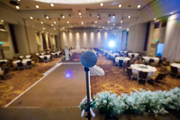 Microphone sur scène, orateur, concert, musique