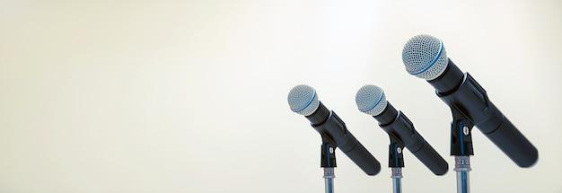 Microphone sur le stand pour parler en public, discours de bienvenue ou de félicitations pour le concept de fond de réussite au travail.