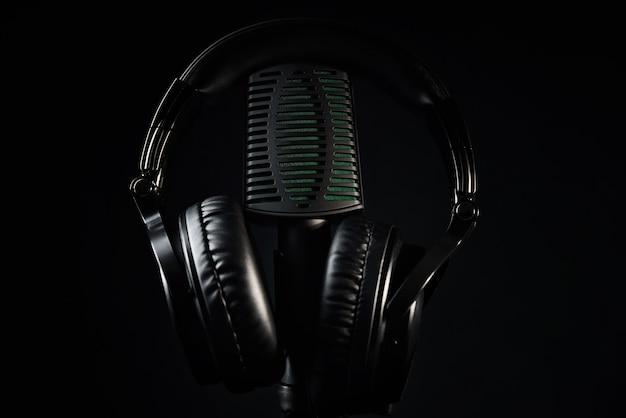 Microphone de studio et écouteurs sur fond noir