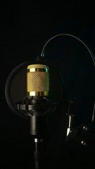 Microphone de studio et filtre anti-pop sur fond noir photo