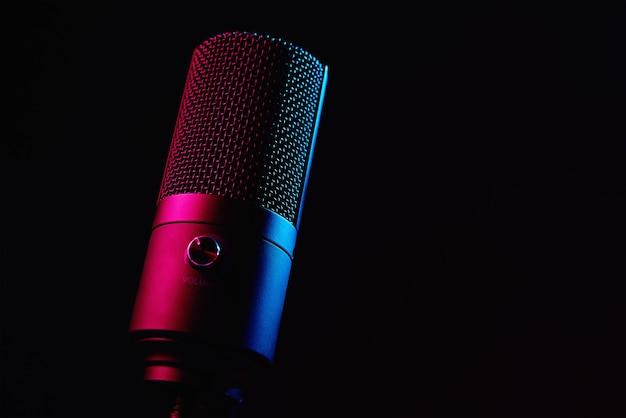 Microphone de studio sur fond sombre avec espace de copie