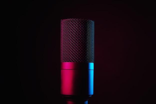 Microphone de studio sur fond sombre avec néons