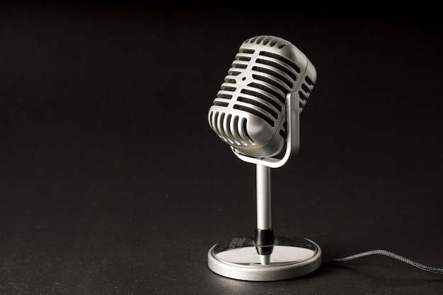 Microphone de style rétro en soirée ou en concert