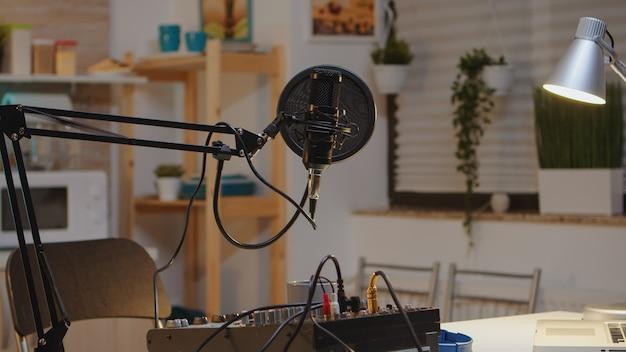 Microphone et table de mixage pour podcast d'un influenceur célèbre. enregistrement de contenu de médias sociaux avec microphone de production. station de streaming internet numérique