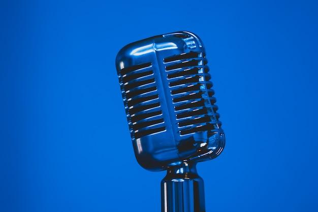 Microphone vintage argenté sur fond bleu