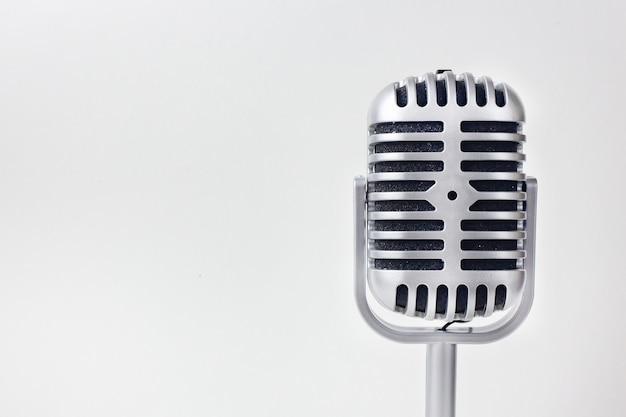 Le microphone vintage bouchent l'image sur fond blanc.