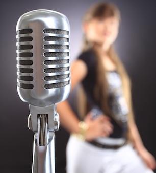 Microphone vintage sur fond flou