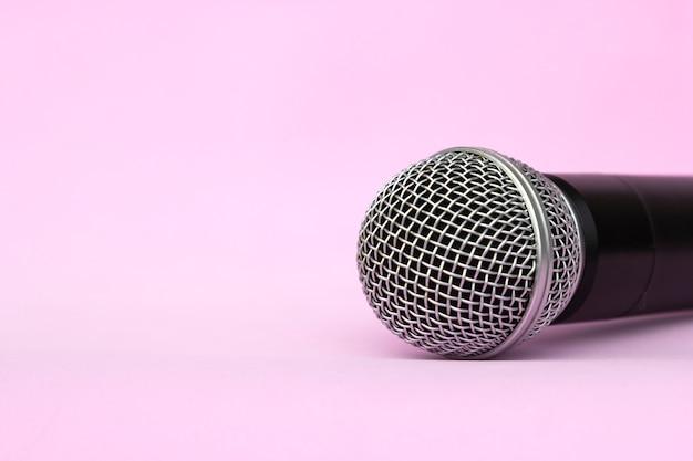 Microphone vocal argenté sans fil pour enregistrements audio, karaoké