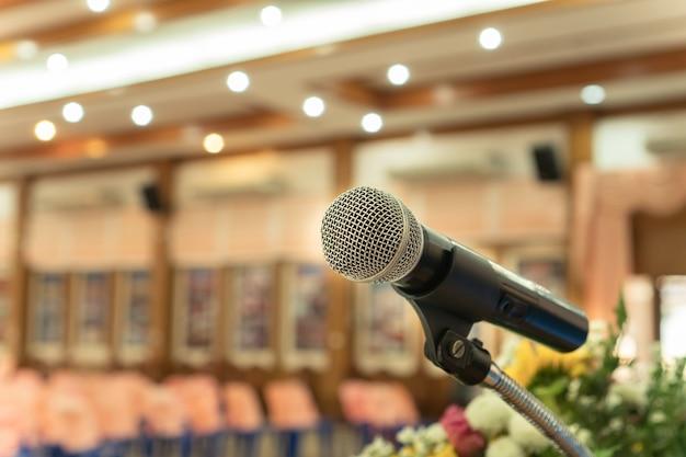 Microphones sur l'abstrait floue de discours dans la salle de séminaire ou de conférence de conférence avant