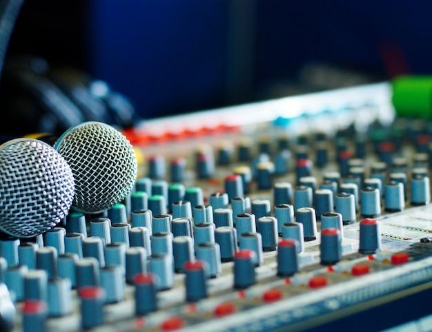 Microphones sur le mélangeur de sons dans la boîte de nuit