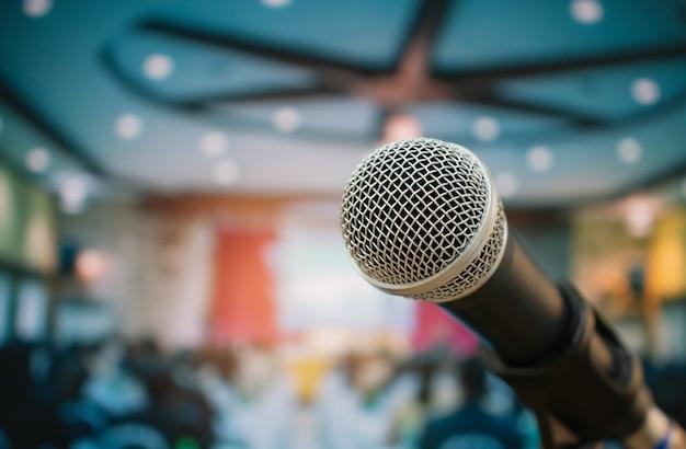 Microphones pour parler ou parler dans une salle de séminaire, parler pour une conférence à l'auditoire