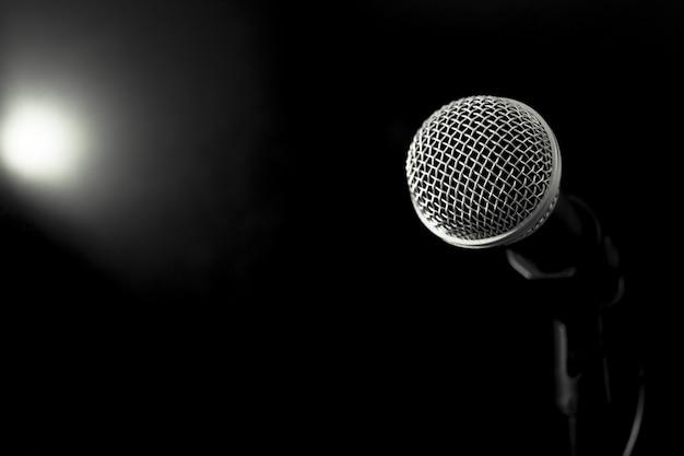Microphones rétro sur le devant de la scène dans un bar ou un restaurant