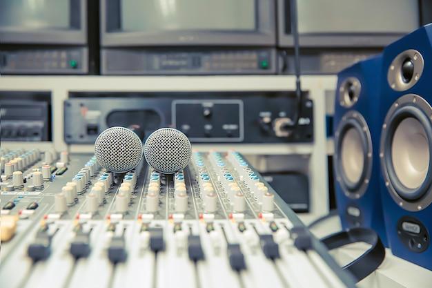 Microphones sur la table de mixage sonore en studio.