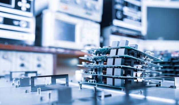 Les micropuces sont empilées les unes sur les autres sur des plaques métalliques dans la fabrication d'équipements informatiques ultramodernes et puissants pour une clinique de cardiologie moderne. concept puissant d'ordinateurs spécialisés