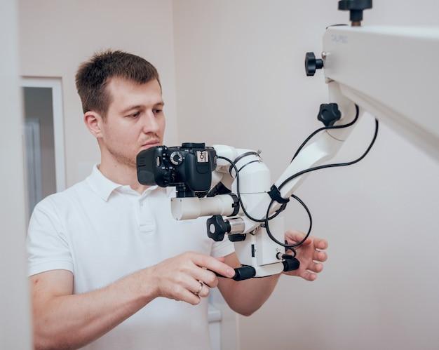 Microscope avec appareil photo dans le cabinet dentaire