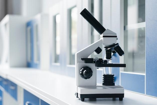 Microscope dans un laboratoire clinique