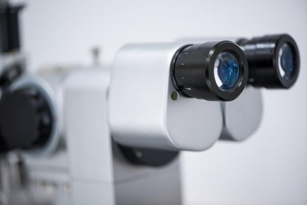 Microscope ophtalmologique. équipement médical moderne dans un hôpital ophtalmologique. concept de médecine
