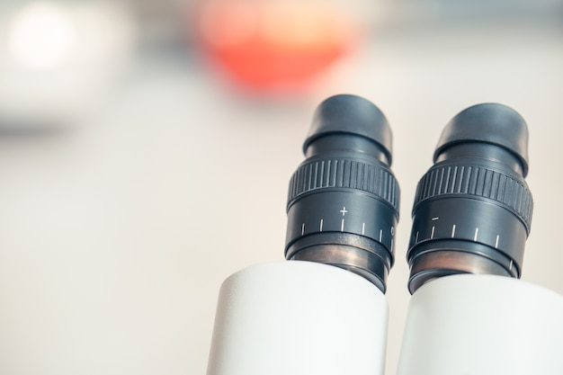 Microscope pour les étudiants à étudier et expérimenter dans le contexte du collège avec espace copie