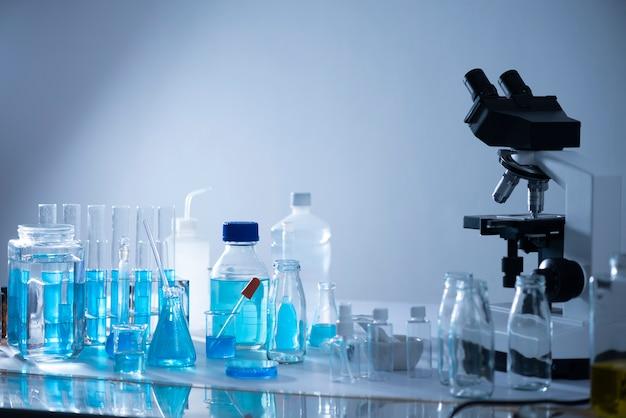 Microscope avec verrerie de laboratoire, recherche en laboratoire scientifique