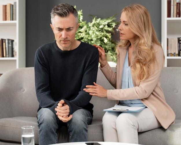 Mid shot femme conseiller réconfortant homme