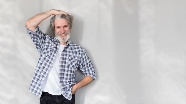 Mid shot vieil homme fixant les cheveux avec copie-espace