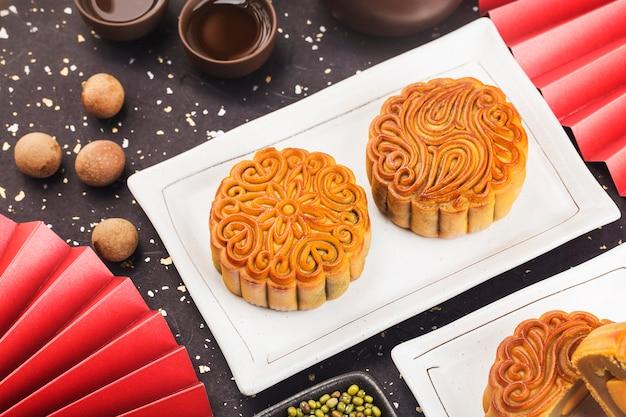 Midautumn festival concept gâteaux de lune traditionnels sur table avec tasse de thé