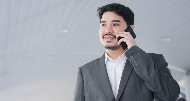 Middles eastern businessman hand hold smartphone pour parler avec un partenaire ou des collègues
