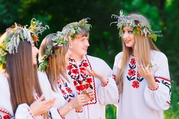 Midsummer, un groupe de jeunes d'apparence slave lors de la célébration du milieu de l'été.