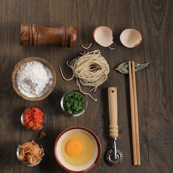 Mie ayam, nourriture de rue populaire indonésienne avec le concept de knolling de nouilles