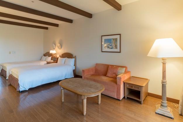 Mie, japon - 7 mai 2018 : lits jumeaux lumineux et modernes confortables intérieurs de luxe dans l'hôtel de villégiature
