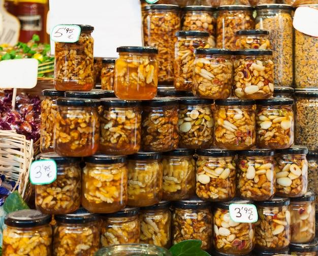 Miel d'abeille avec des noix dans des boîtes