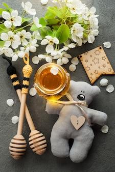 Miel aux fleurs et cuillères en bois