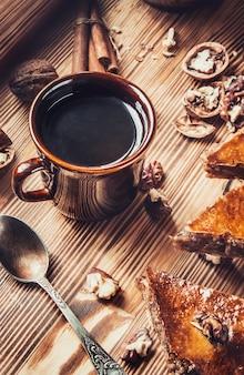 Miel de baklava aux noix. mise au point sélective. aliments.