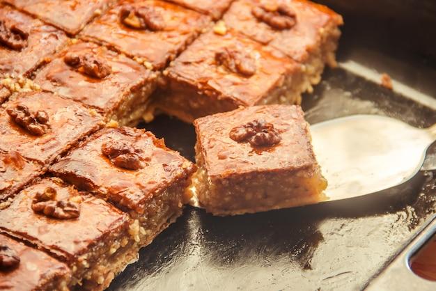 Miel de baklava aux noix. mise au point sélective. la nature.